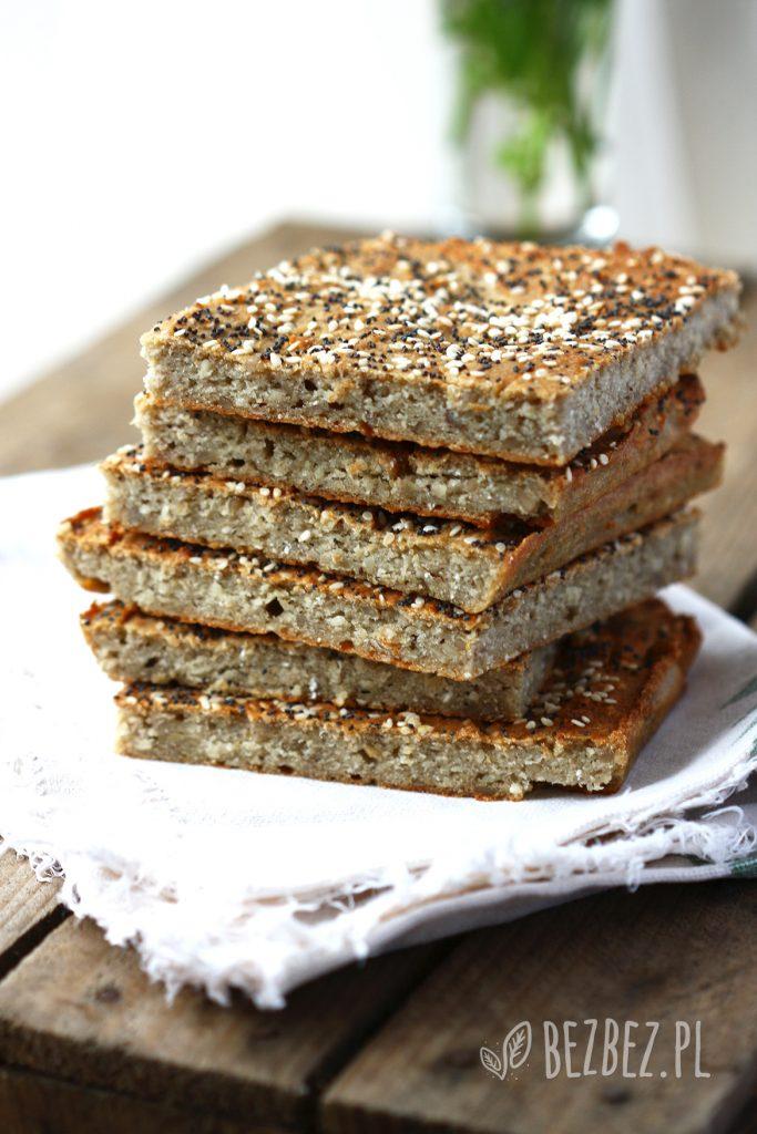 Bezglutenowy i wegański płaski chlebek z ziarnami