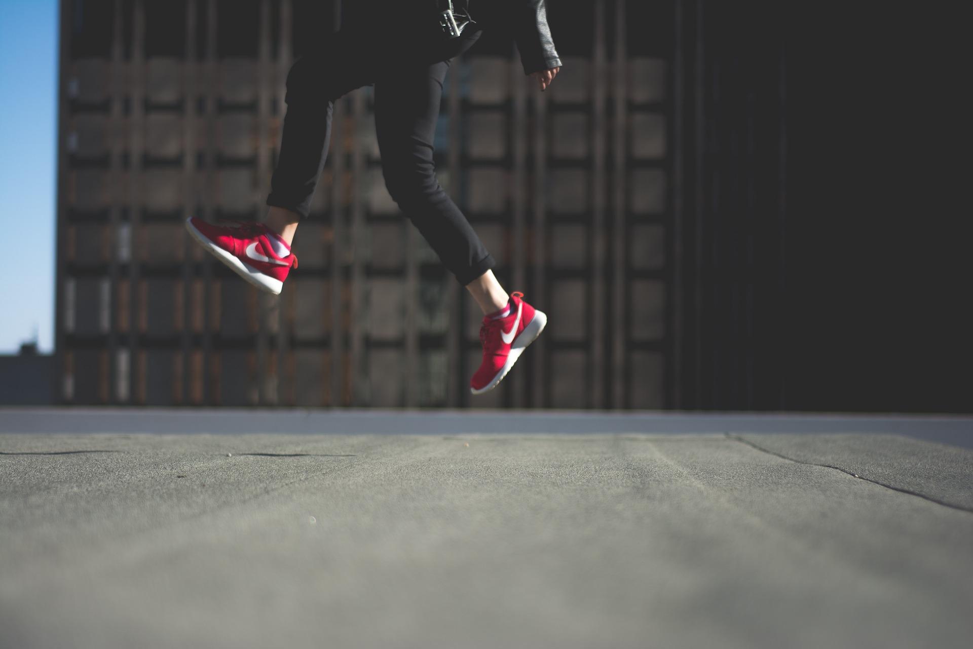 Kobieta idąca skoczny krokiem w sportowych butach
