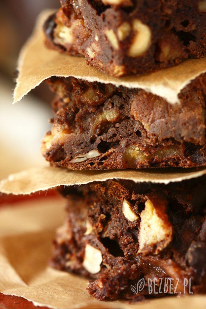 Bezglutenowe ciasto śmietnik z jabłkami, kakao i orzechami