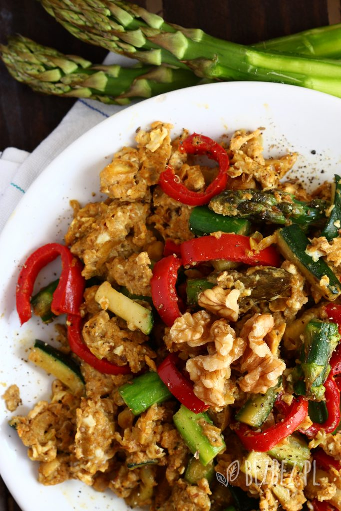 Jajecznica orientalnymi przyprawami, warzywami i orzechami włoskimi.