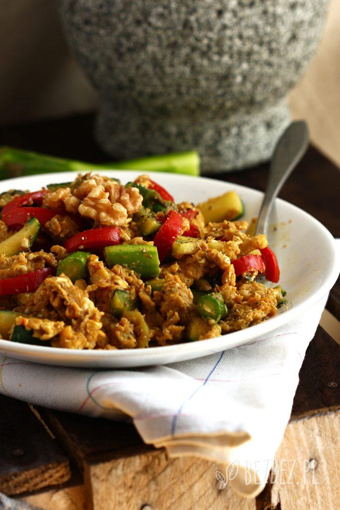 Jajecznica na maśle klarowanym z warzywami, orientalnymi przyprawami i orzechami włoskimi.