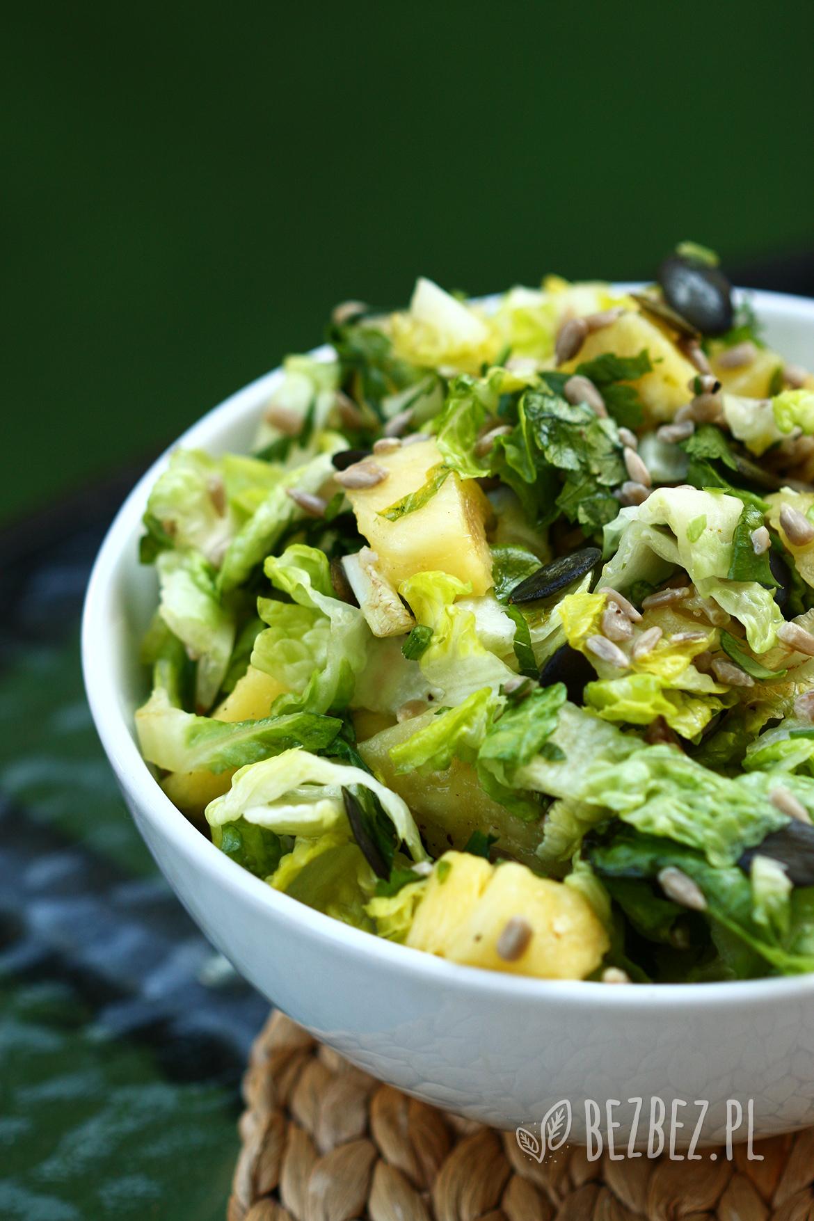 Orzeźwiająca salatka z ananasem, ziarnami słonecznika i pestkami dyni