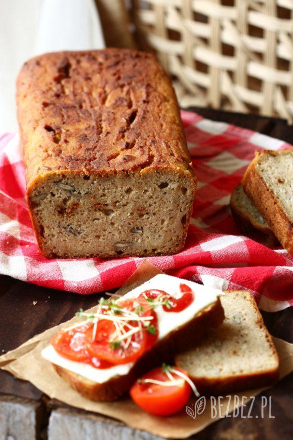 Bochenek bezglutenowego chleba na zakwasie w stylu włoskim, z ziołami, czarnuszką i suszonymi pomidorami