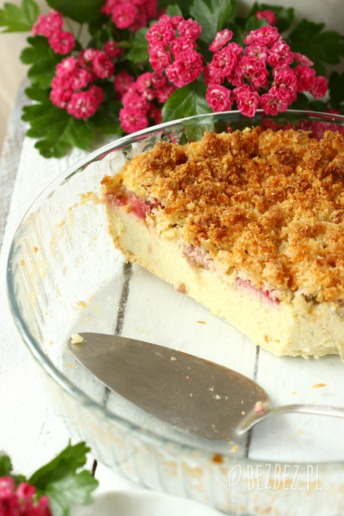 Ciasto jaglane z rabarbarem i migdałowa kruszonką