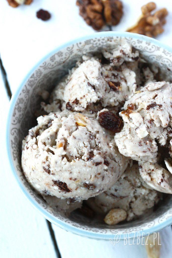 Wegańskie lody bakaliowe z mrożonych bananów i śmietanki kokosowej