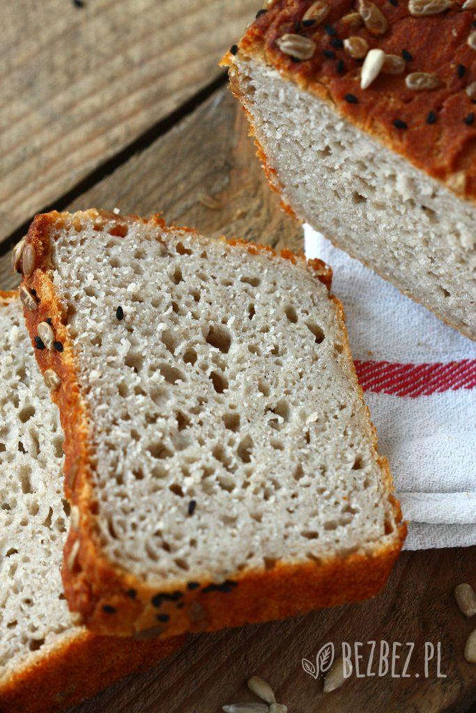 Bezglutenowy chleb z ziemniakami, posypany słonecznikiem i czarnuszką