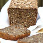 Bezglutenowy chleb z karobem na zakwasie, bochenek