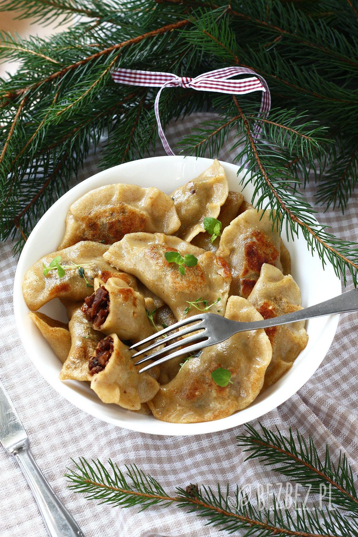 świąteczne bezglutenowe pierogi z boczniakami, orzechami włoskimi i rodzynkami