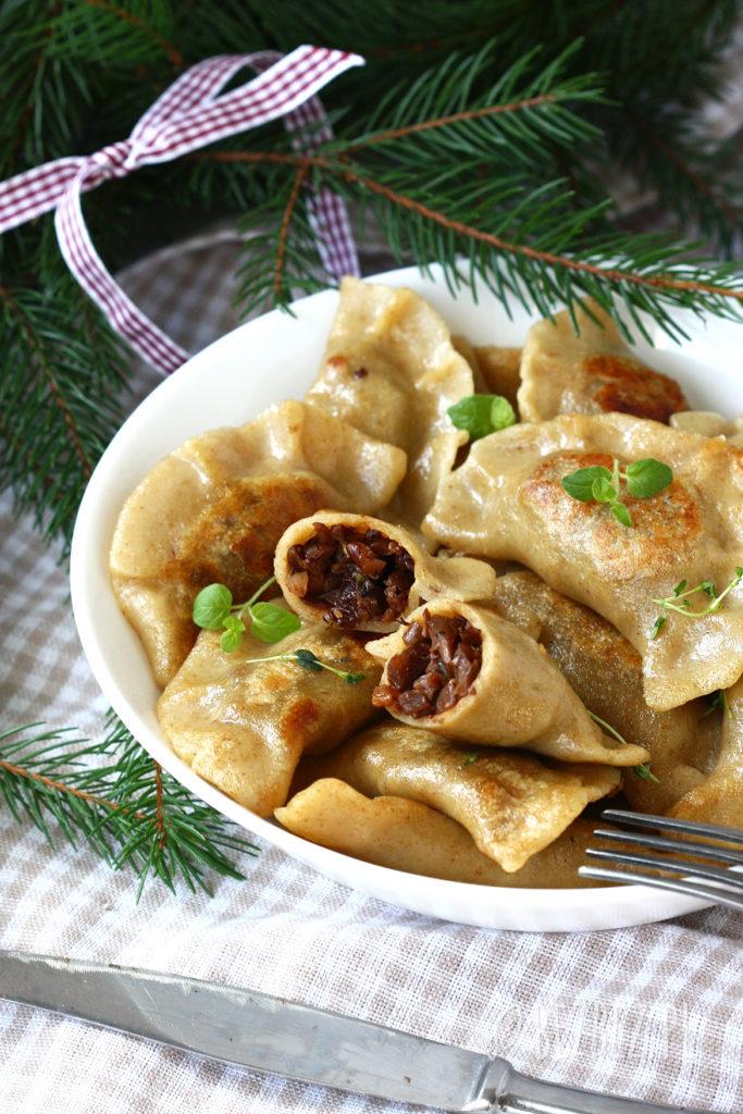 Świąteczne bezglutenowe pierogi z boczniakami, orzechami włoskimi i rodzynkami (wegańskie)