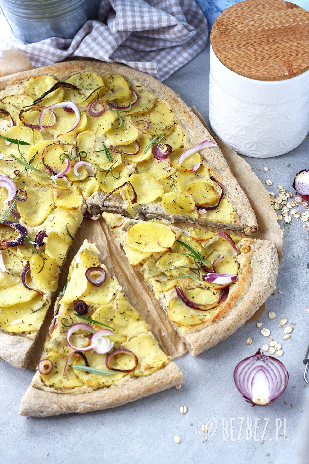 Bezglutenowa pizza z ziemniakami i białym sosem z nerkowców (wegańska)