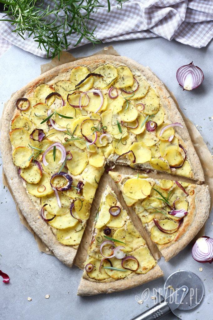 """Bezglutenowa pizza z ziemniakami i sosem """"śmietanowym"""" (wegańska)"""