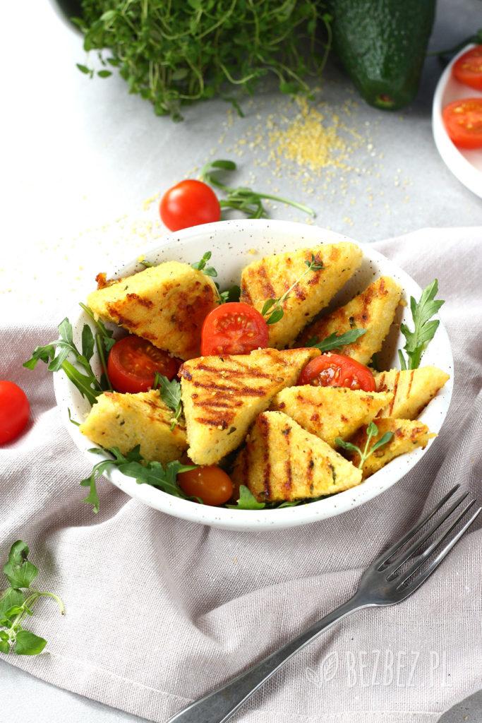 Bezglutenowa i wegańska grillowana polenta z ziołami