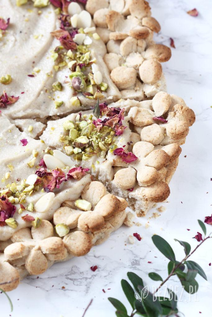 Bezglutenowy mazurek chałwowy z różą, kardamonem i pistacjami - bez jajek i nabiału
