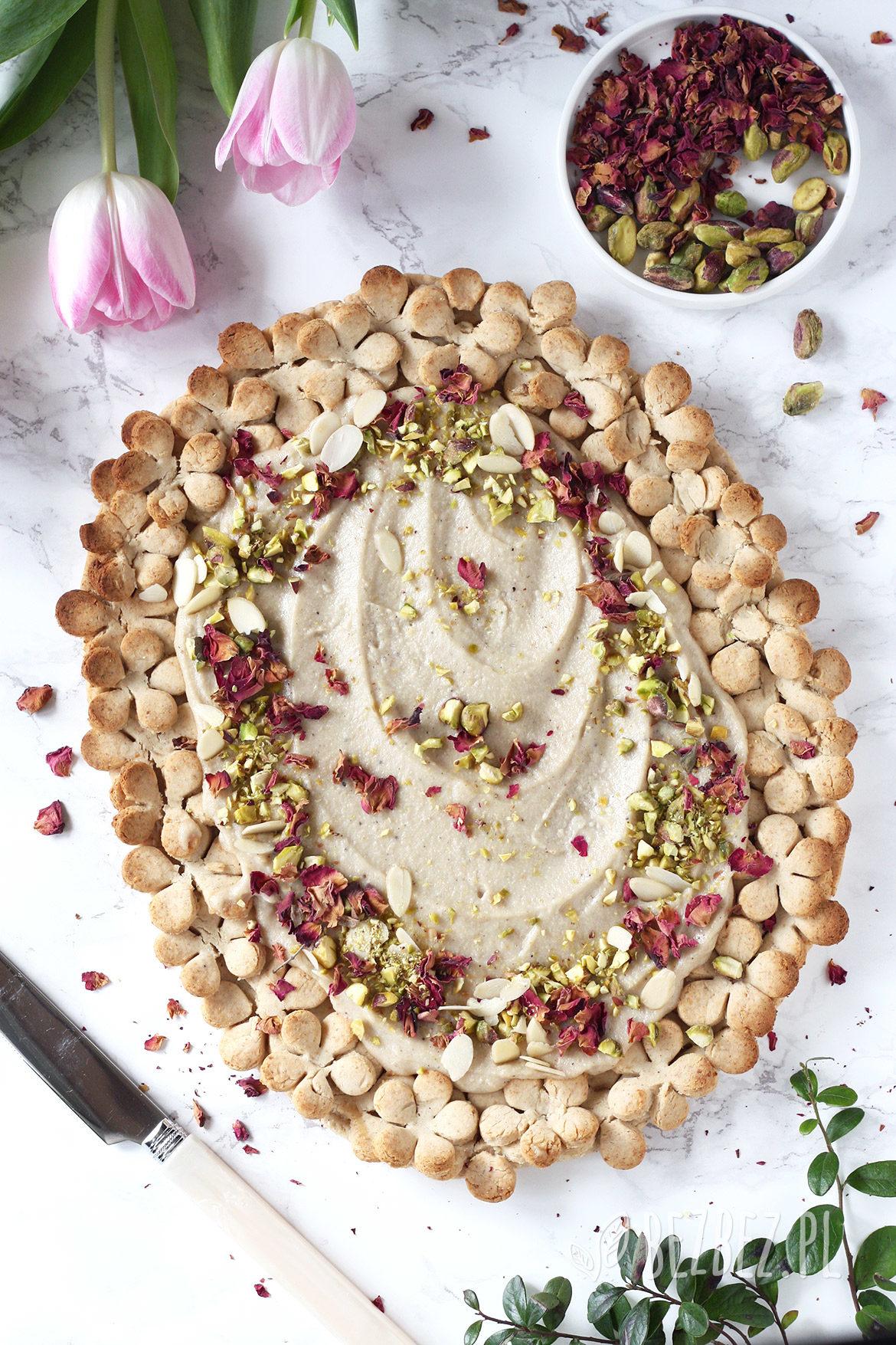 Bezglutenowy mazurek chałwowy z różą, kardamonem i pistacjami - wegański