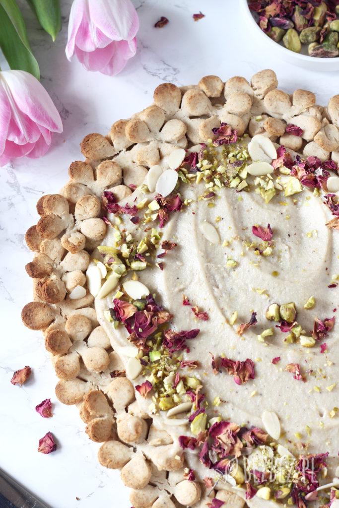 Bezglutenowy mazurek chałwowy z różą, kardamonem i pistacjami