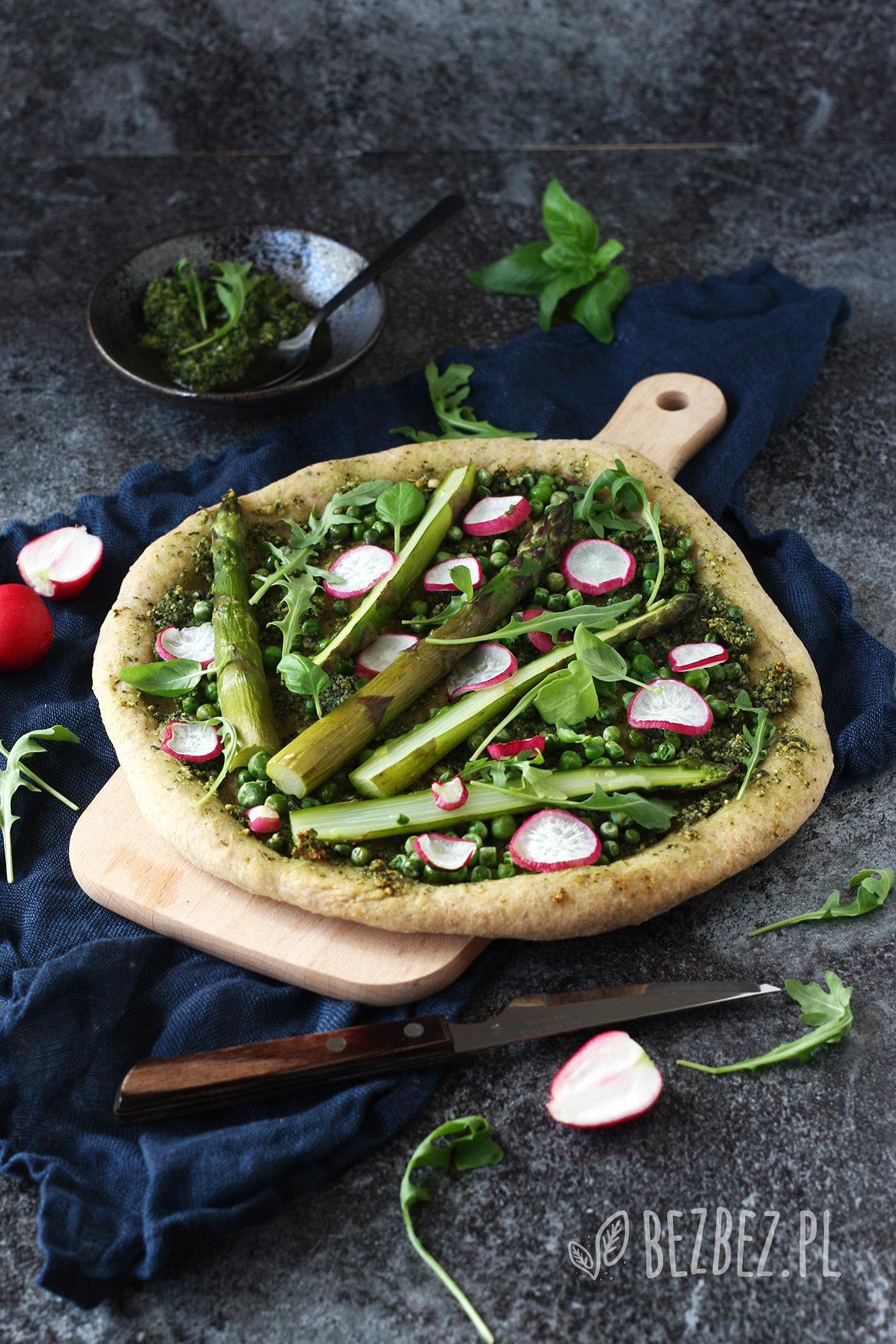 Zielona bezglutenowa pizza ze szparagami i pesto