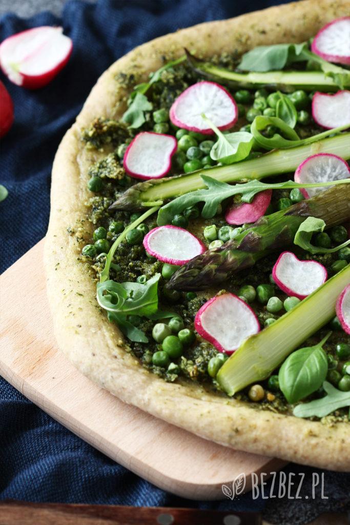 Wegańska i bezglutenowa pizza ze szparagami, zielonym groszkiemi i pesto z rukoli i bazylii