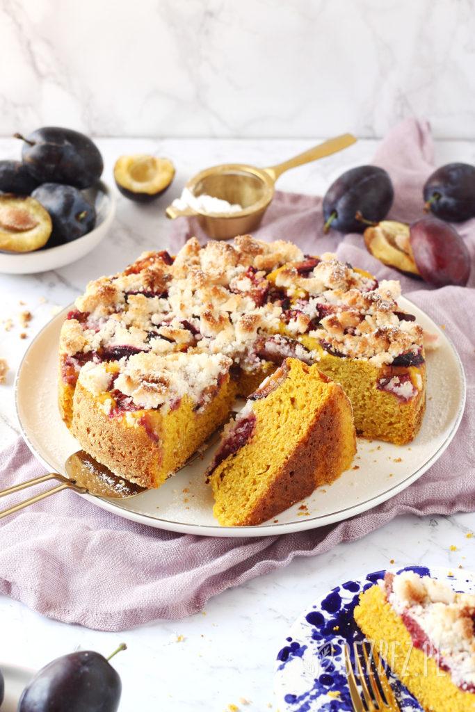 Dyniowe, bezglutenowe ciasto drożdżowe ze śliwkami i kruszonką, wegańskie