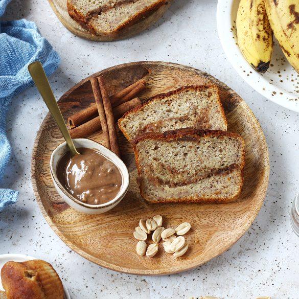 Bezglutenowy chlebek bananowy bez jajek, nadziany cynamonowym kremem