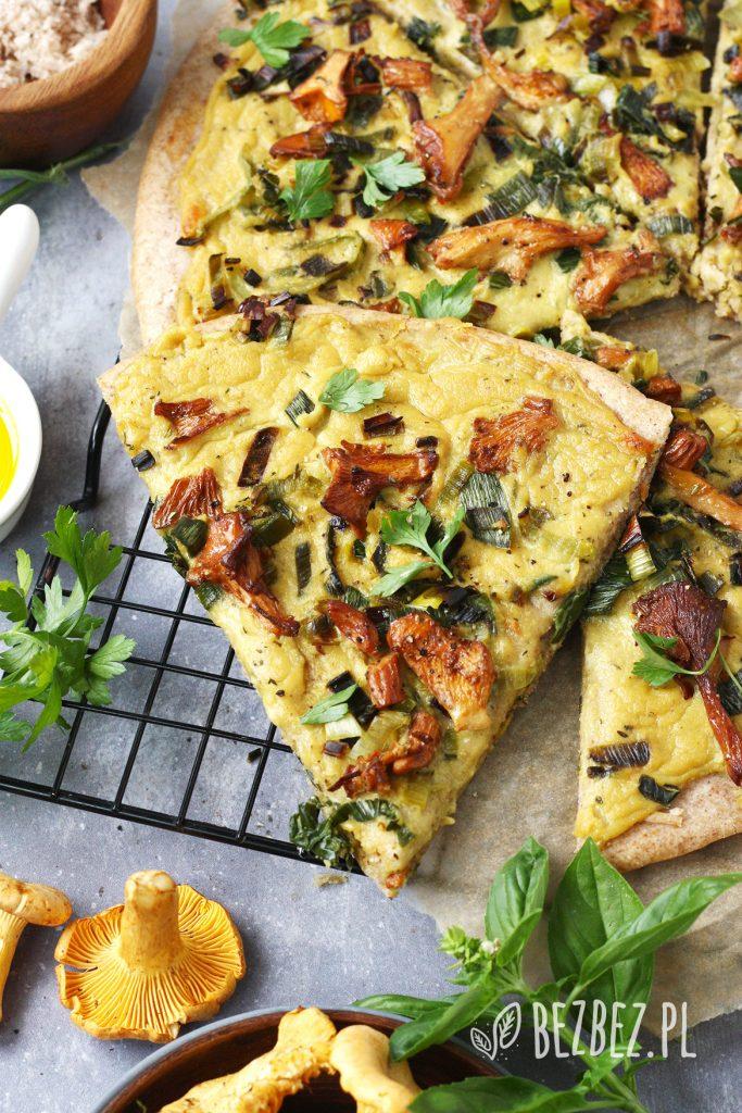 Bezglutenowa pizza z kaszy gryczanej i jaglanej z jasnym sosem i kurkami (wegańska, bez drożdży)