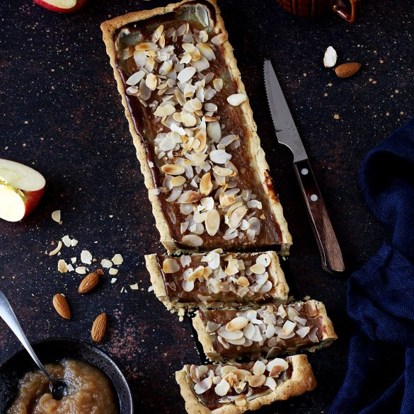 Tarta bezglutenowa z prażonymi jabłkami, budyniem i orzechowym karmelem (bez jajek i nabiału)